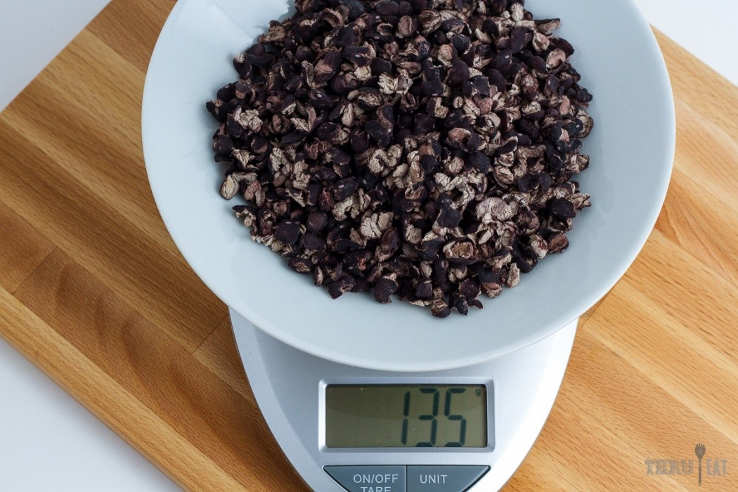135 grams of dehydrated black beans on a scale