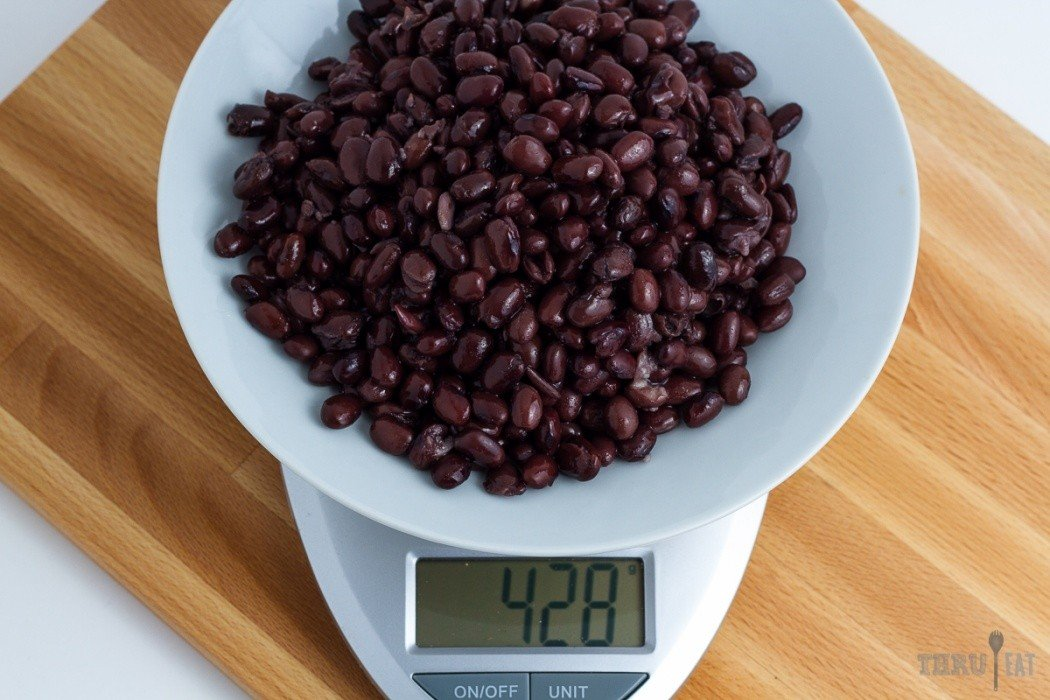 428 grams of canned black beans on a scale