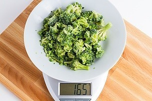 165 grams of frozen broccoli on a scale