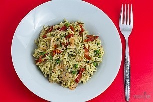 pesto shrimp orzo with peas and sun dried tomatoes