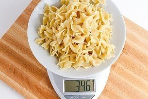 346 grams of cooked egg noodles on a scale